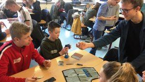 Upps, ist das schwierig, ein Smartphone zu öffnen. Helmer Wegner bringt genau das Schüler*innen der OBS Uplengen bei.