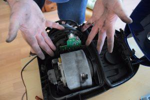 Reparieren führt mitunter zu schmutzigen Händen. Foto: Repair Café Oldenburg