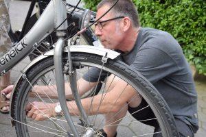 Der Postwachstumsökonom Niko Paech repariert in einem Repair Café seit Jahren Fahrräder. Foto: Barthel Pester